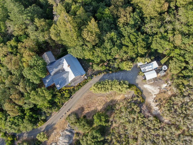Widok z lotu ptaka śliczny klasyczny Amerykański drewniany dom w górze i otaczający lasem obrazy stock