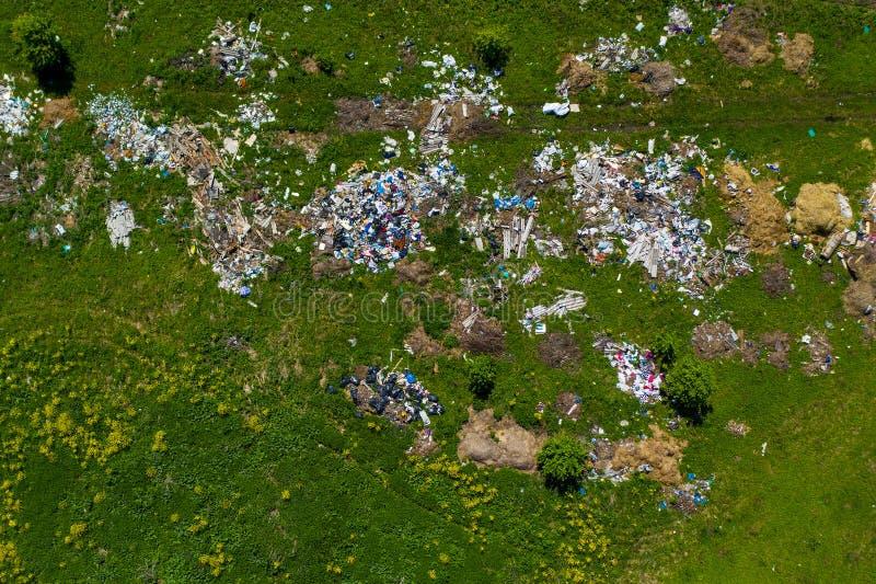 Widok z lotu ptaka śmieciarski usyp na łące obraz royalty free