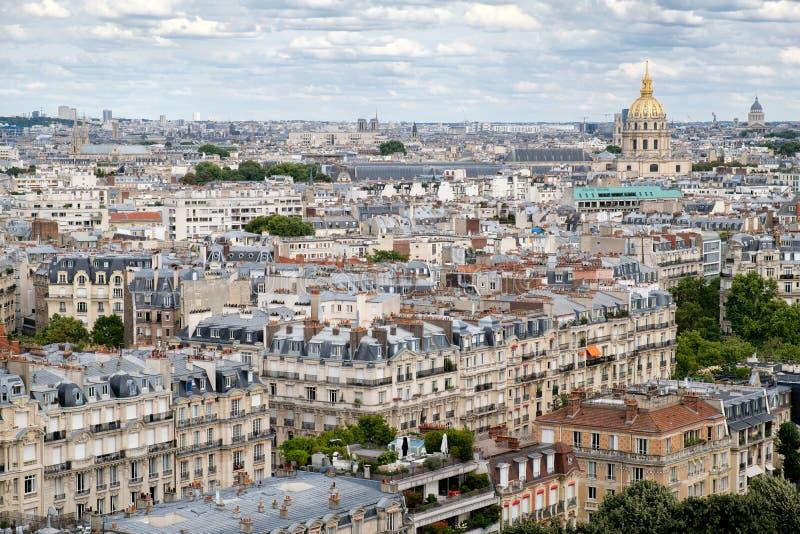 Widok z lotu ptaka środkowy Paryż wliczając Les Invalides i typowi parisian domy obrazy stock