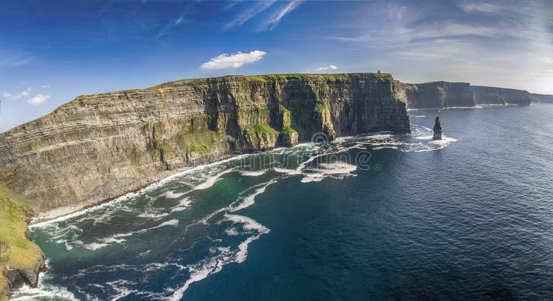 Widok z lotu ptaka światowe sławne falezy moher w okręgu administracyjnym Clare obrazy stock