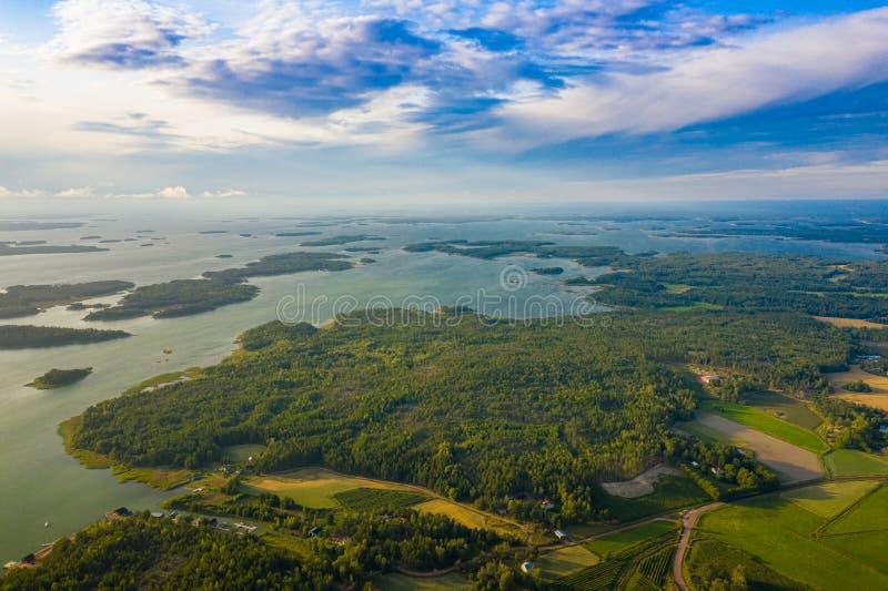 Widok z lotu ptaka Aland wyspy przy lato czasem Finlandia Archipelag Fotografia robi? trutniem z g?ry Północny Naturalny krajobra zdjęcie stock
