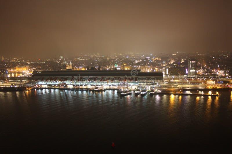 Widok z lotu ptaka Amsterdam stacja wśród mgły która zamazuje całego wieczór obraz stock