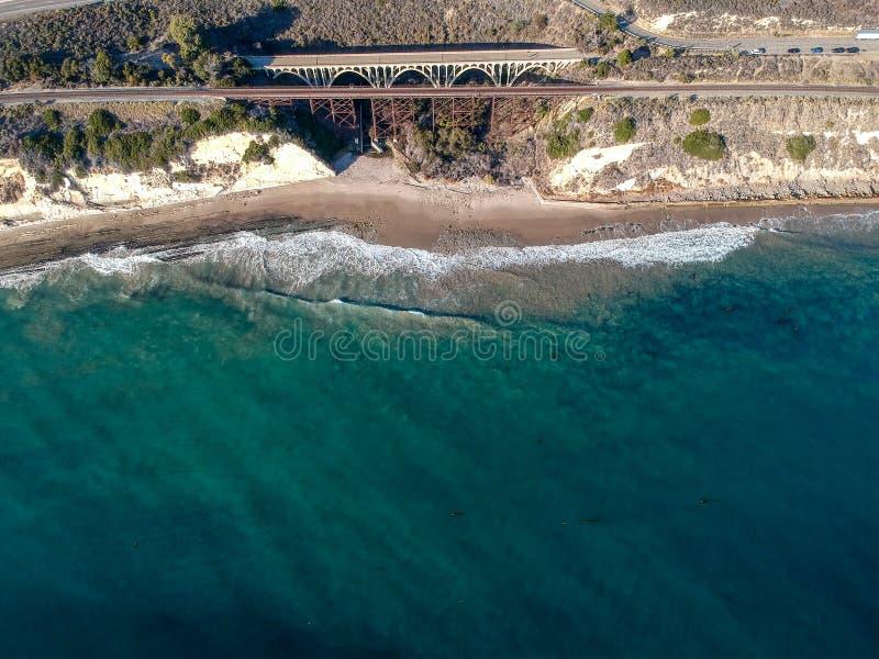 Widok z lotu ptaka Arroyo Hondo most na PCH autostradzie 1 obrazy royalty free