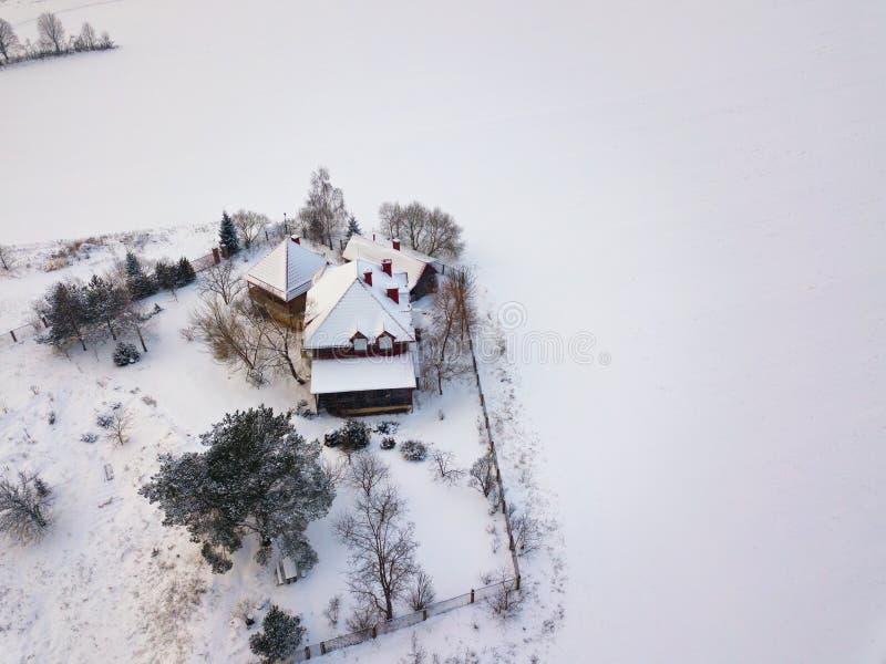 Widok z lotu ptaka autentyczny dom na wsi w zimie zdjęcia royalty free