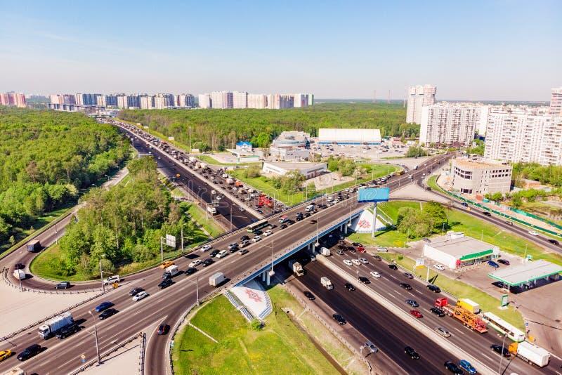 Widok z lotu ptaka autostrady skrzyżowanie Drogowi złącza w dużym mieście zdjęcie royalty free