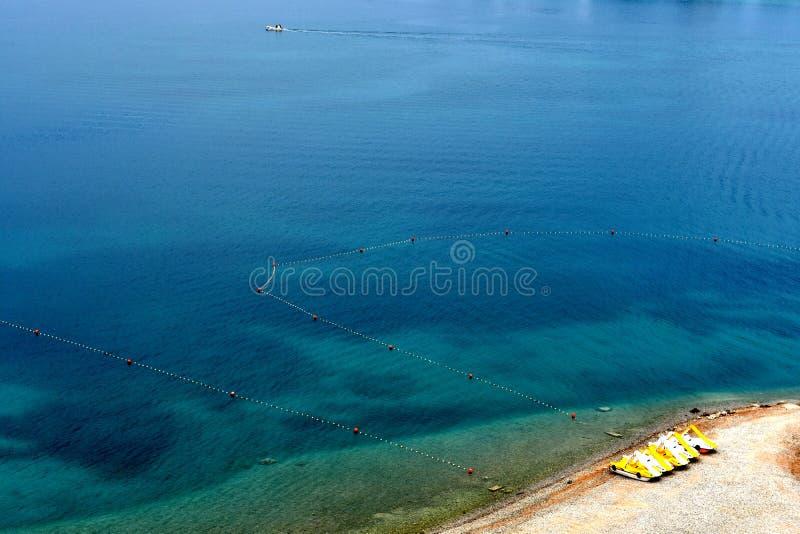Widok z lotu ptaka błękitny morze i kąt plaża zdjęcia royalty free