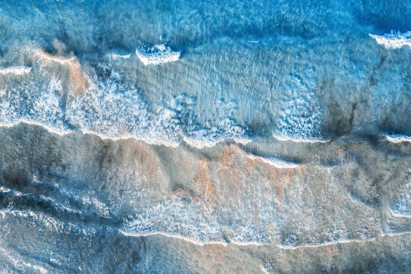 Widok z lotu ptaka błękitny morze z pięknymi falami w lecie obraz stock