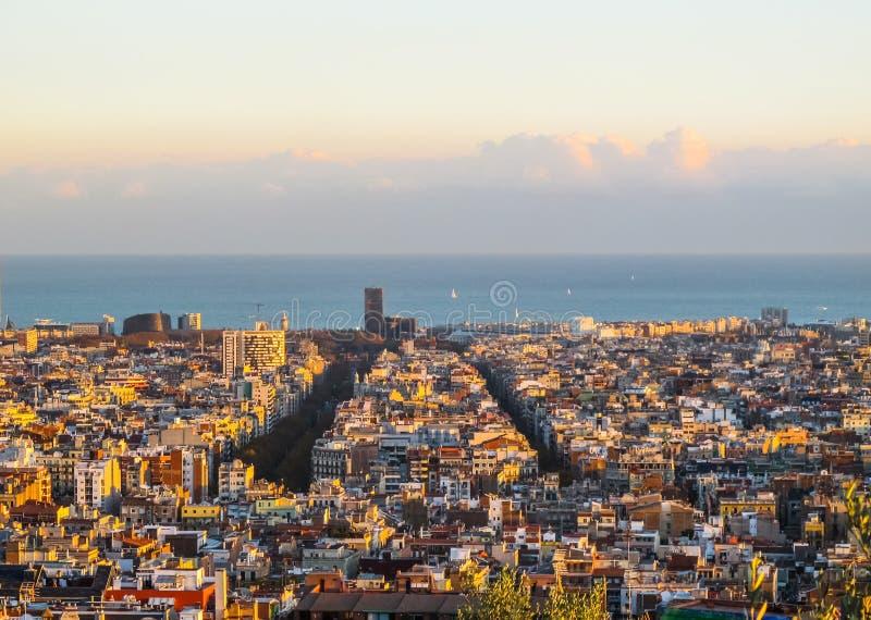 Widok z lotu ptaka Barcelona morze śródziemnomorskie od Parkowego Guell w zmierzchu i miasto Hiszpania 2010 Listopad obrazy royalty free