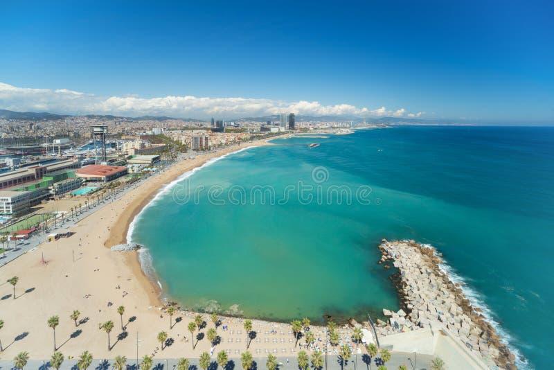 Widok z lotu ptaka Barcelona plaża w letnim dniu wzdłuż nadmorski w Barcelona, Hiszpania Morze Śródziemnomorskie w Hiszpania obraz stock