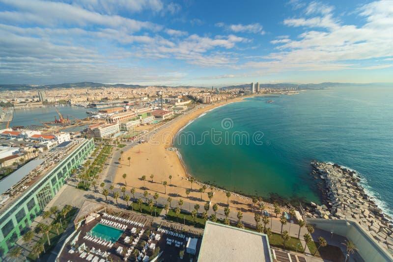 Widok z lotu ptaka Barcelona plaża w letnim dniu wzdłuż nadmorski w półdupkach zdjęcie stock
