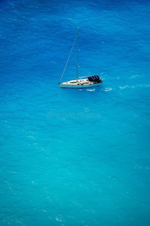 Widok z lotu ptaka biały jacht w głębokim błękitnym morzu fotografia royalty free