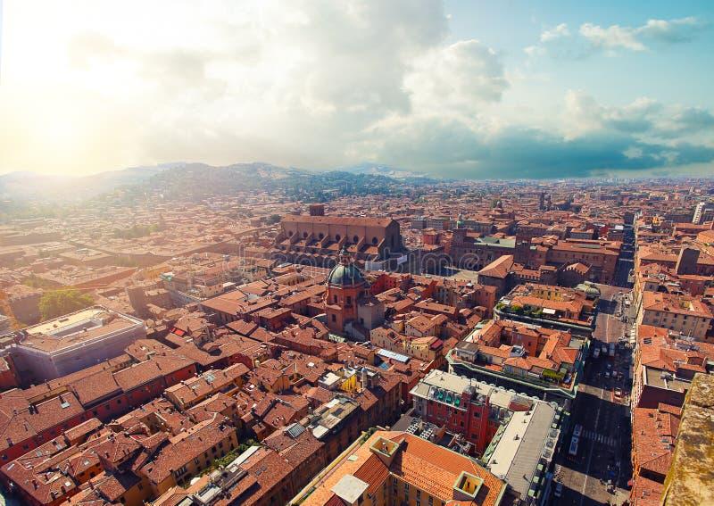 Widok z lotu ptaka Bologna, Włochy Kolorowy niebo nad dziejowym centrum miasta Bologna punkty zwrotni zdjęcie royalty free
