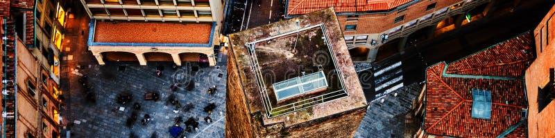 Widok z lotu ptaka Bologna, Włochy z jeden wierza Miasta życie w dziejowym centrum miasta zdjęcie stock