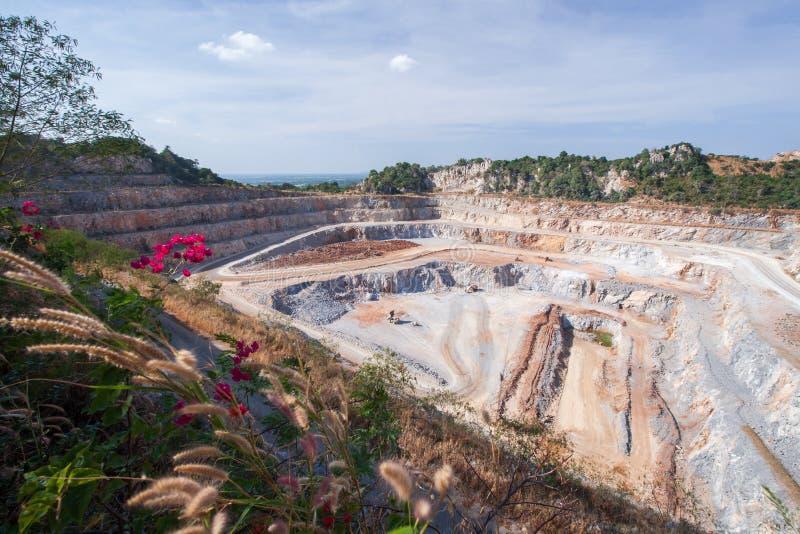 Widok z lotu ptaka cementowy górniczy łup z maszynerią przy pracą Fantastyczny krajobraz otwartej jamy i wapnia warstwy w skałach zdjęcia royalty free