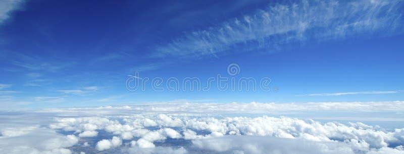 Widok z lotu ptaka chmury nad ziemią. zdjęcie stock