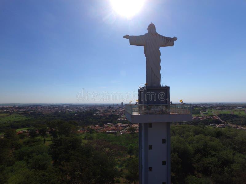 Widok z lotu ptaka Chrystus odkupiciel w mieście Sertaozinho, Sao Paulo, Brazylia obrazy royalty free