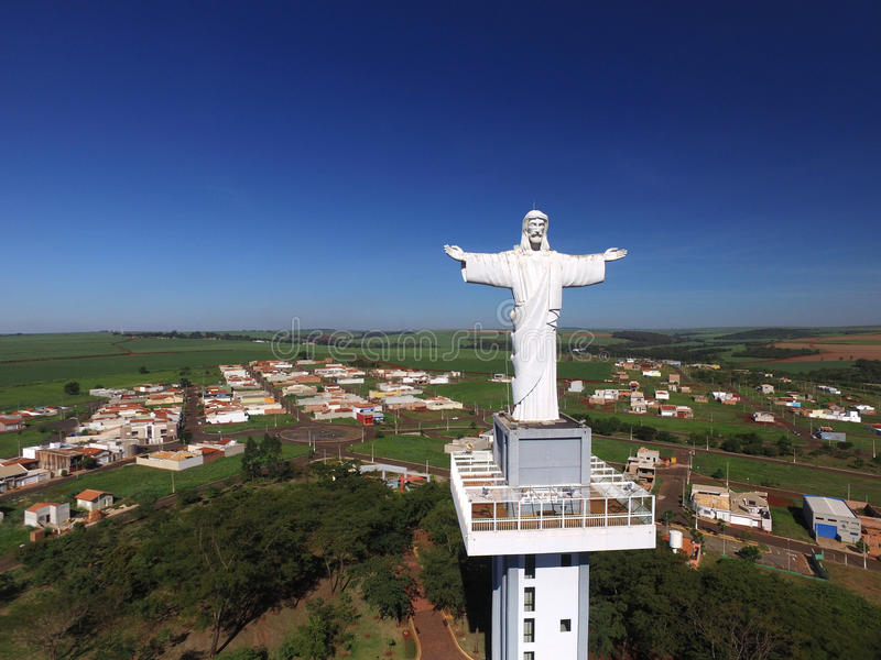 Widok z lotu ptaka Chrystus odkupiciel w mieście Sertaozinho, Sao Paulo, Brazylia obrazy stock