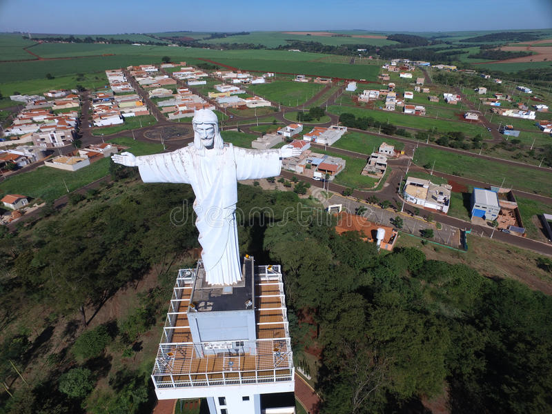 Widok z lotu ptaka Chrystus odkupiciel w mieście Sertaozinho, Sao Paulo, Brazylia zdjęcia royalty free
