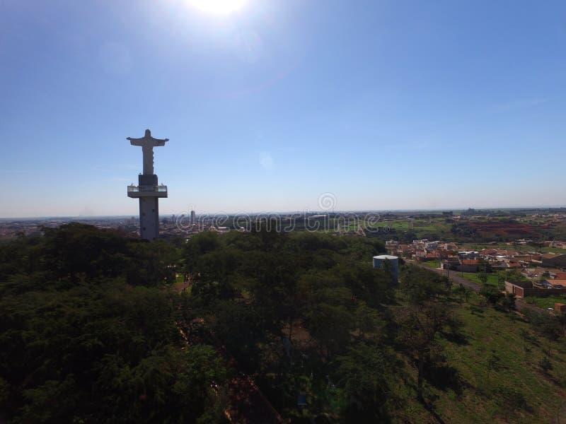 Widok z lotu ptaka Chrystus odkupiciel w mieście Sertaozinho, Sao Paulo, Brazylia obraz royalty free