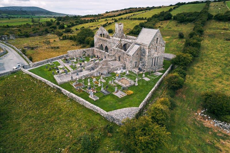 Widok z lotu ptaka Corcomroe opactwa ruiny i swój cmentarz zdjęcia royalty free