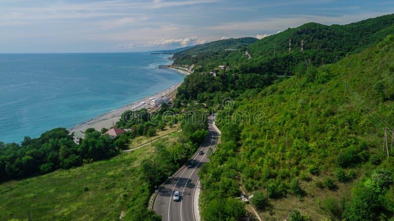Widok z lotu ptaka - curvy droga halna droga Sochi, Rosja Wielka wycieczki samochodowej synklina zwarci drewna fotografia stock