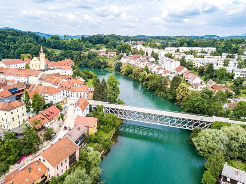 Widok z lotu ptaka czerwoni dachy Novo Mesto Slovenia Krka rzeka Historyczny Kandija żelaza most obraz stock