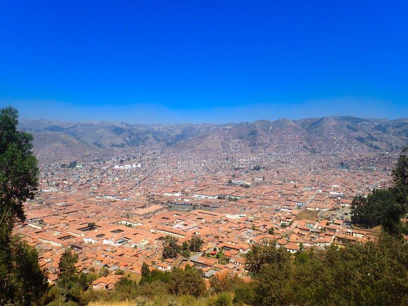 Widok z lotu ptaka czerwoni kafelkowi dachy budynki w Cusco, Peru fotografia stock