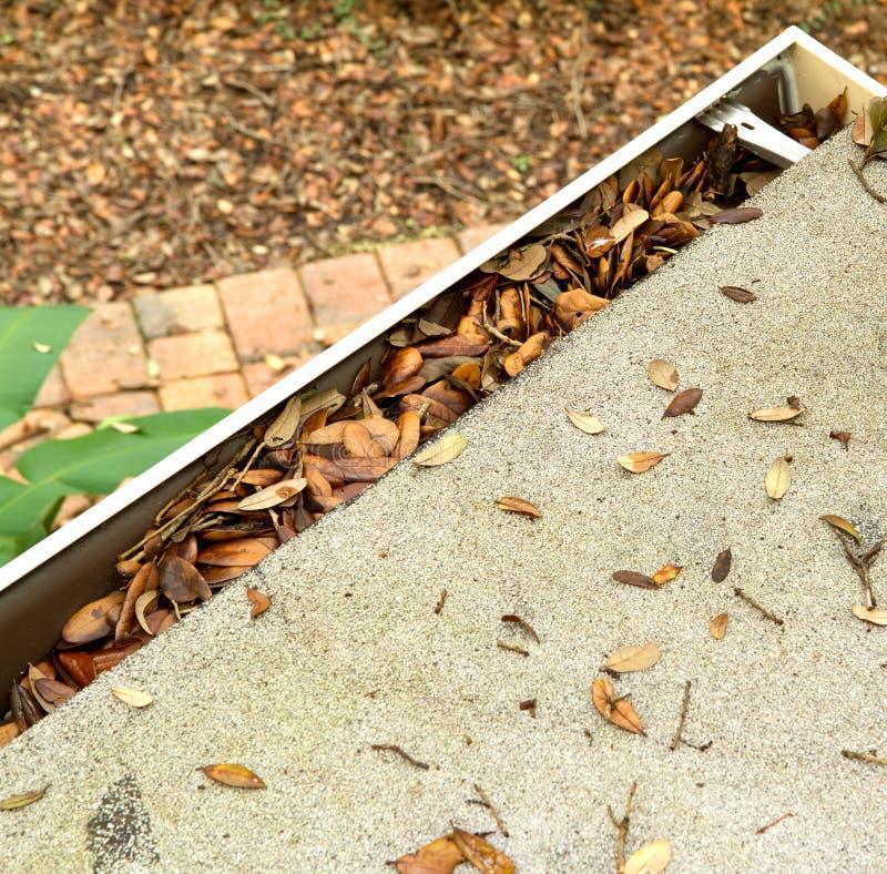 Widok z lotu ptaka dachowa odgórna rynna zatyka z liśćmi fotografia royalty free