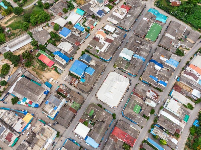 Widok z lotu ptaka dachowy mieszkaniowy z ruch drogowy drogą tłoczył się przy rur zdjęcia royalty free