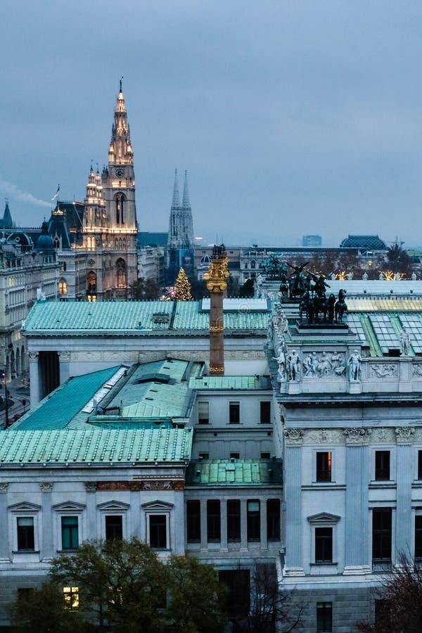 Widok z lotu ptaka dachy parlament i Rathaus Wiedeń przy półmrokiem obrazy stock