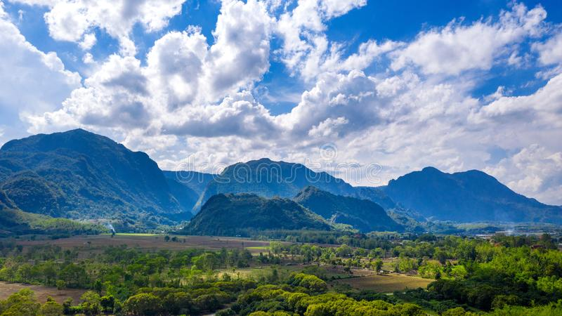Widok z lotu ptaka Doi Nang Non góry Tham Luang przy Chiang raja lub Tajlandzka jama, Tajlandia obrazy royalty free