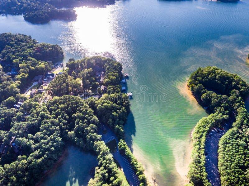 Widok z lotu ptaka domy i łódź dokuje w Jeziornym Lanier fotografia royalty free