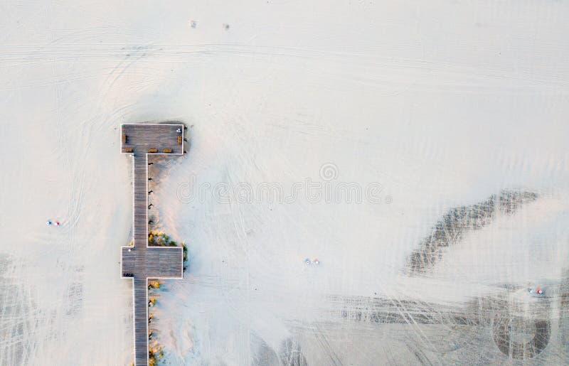 Widok z lotu ptaka drewniany dok na piaskowatej plaży zdjęcia stock