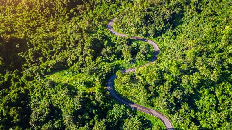 Widok z lotu ptaka droga w górach obraz stock