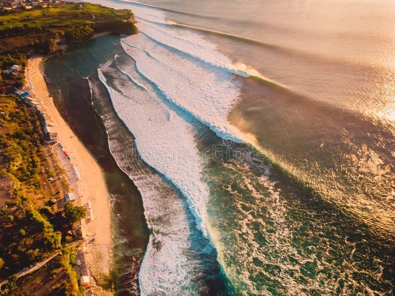 Widok z lotu ptaka duże burzowe fala przy ciepłym zmierzchem i piaskowatą plażą Duża ocean fala w Bali fotografia stock