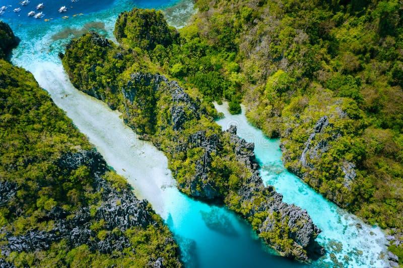 Widok z lotu ptaka Dużej laguny wejściowa przepustka, Miniloc wyspa Pi?kna krajobrazowa sceneria w El Nido, Filipiny zdjęcia stock