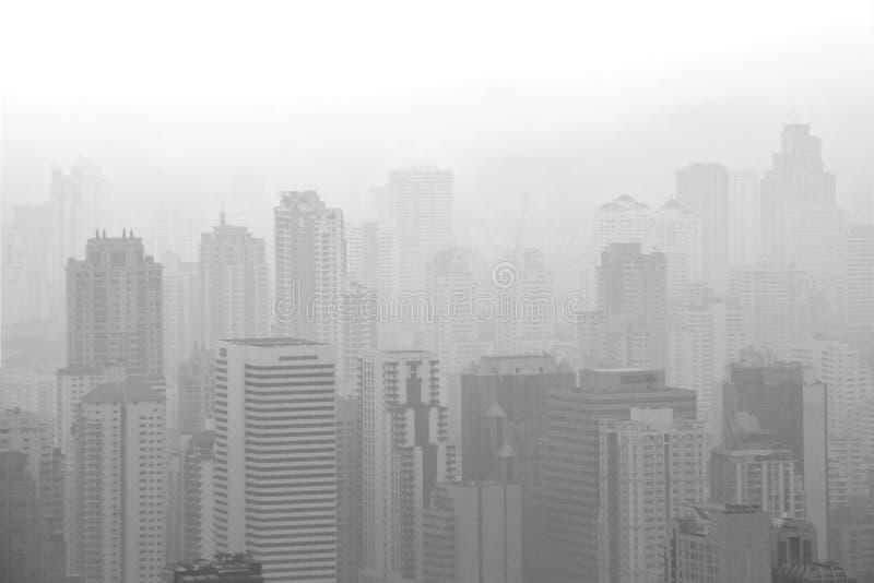Widok z lotu ptaka duży miasto z zanieczyszczeniem powietrza, smogiem powoduje depresję vi/ obrazy stock
