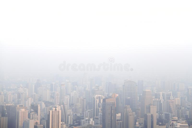 Widok z lotu ptaka duży miasto z zanieczyszczeniem powietrza, smogiem powoduje depresję vi/ zdjęcia stock