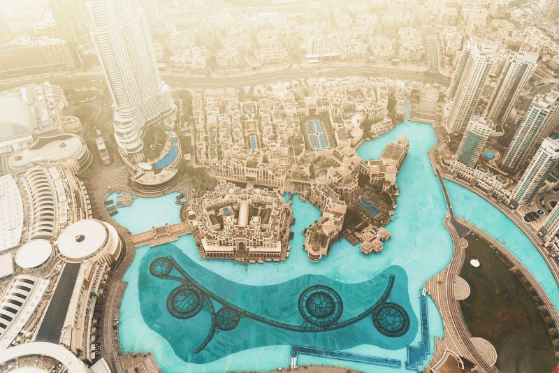 Widok z lotu ptaka Dubaj centrum z wieloma budynkami i fontannami do tańca basenu z najwyższego dachu nad ranem wschód słońca, Zj obrazy royalty free