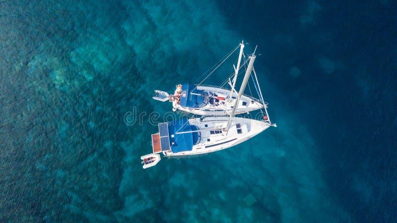 Widok z lotu ptaka dwa zakotwicza jacht w otwartej wodzie fotografia stock