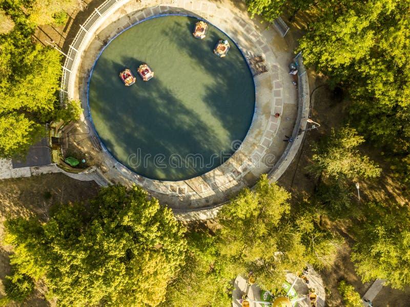 Widok z lotu ptaka dzieci ma zabawy miasto parkowy f publicznie fotografia royalty free