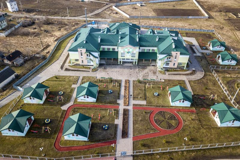 Widok z lotu ptaka dzieciniec, nowo?ytny szkolny kompleks, dekoruj?cy budynk?w dachy lub kolorowy boisko na pogodnym jardzie, fotografia royalty free