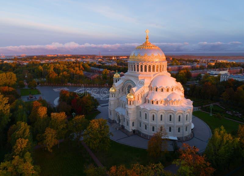 Widok z lotu ptaka dziejowa katedra w Kronshtadt, St Petersburg obraz royalty free