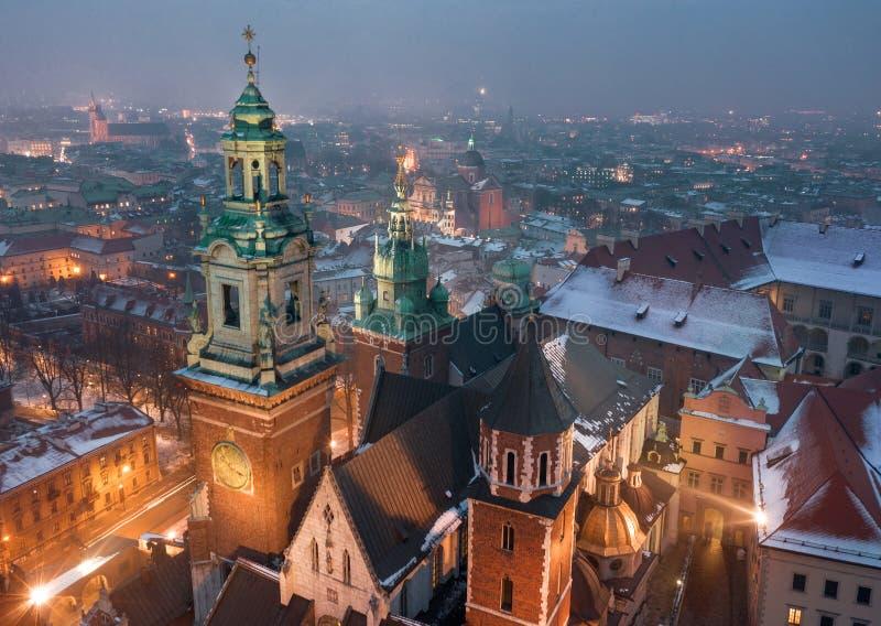Widok z lotu ptaka dziejowy centrum Krakow, kościół, Wawel Królewski kasztel przy nocą fotografia stock