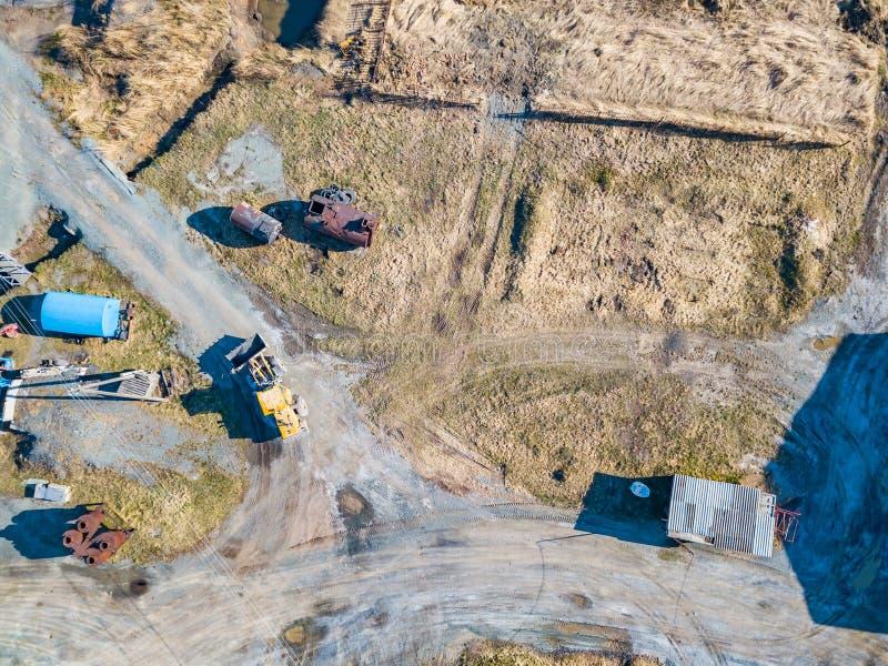 Widok z lotu ptaka ekskawator, kamie?, cement i piasek podczas ekstrakcji od kopaliny koloru ? fotografia stock