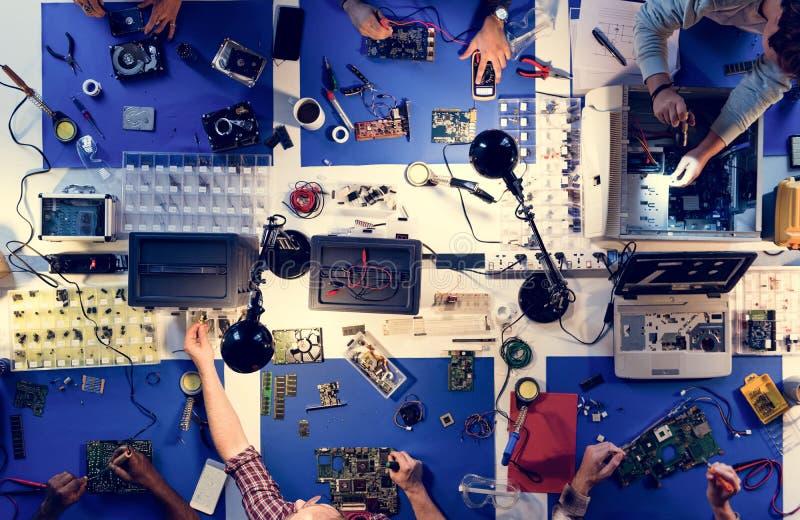 Widok z lotu ptaka elektronika technicy zespala się działanie na komputerowych częściach zdjęcia stock