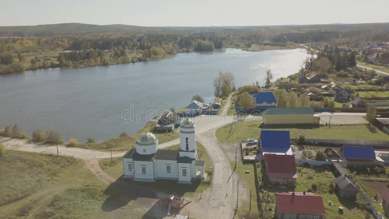 Widok z lotu ptaka Europejska wioska blisko stawu Piękny widok z lotu ptaka Kolor wioska z kościół i jezioro Odgórny widok fotografia stock