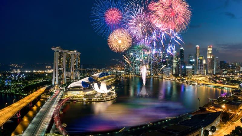 Widok z lotu ptaka fajerwerku świętowanie nad Marina zatoką w Singapor fotografia stock