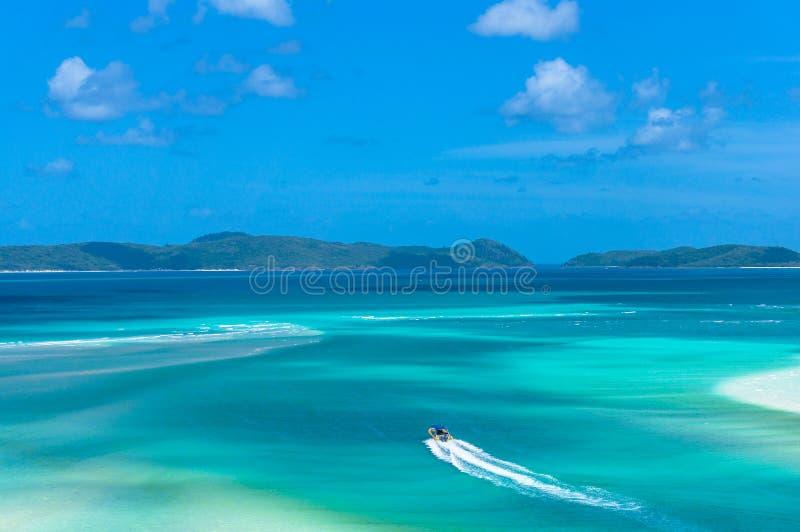 Widok z lotu ptaka flisactwo łódź na turkusowej błękitne wody obrazy royalty free
