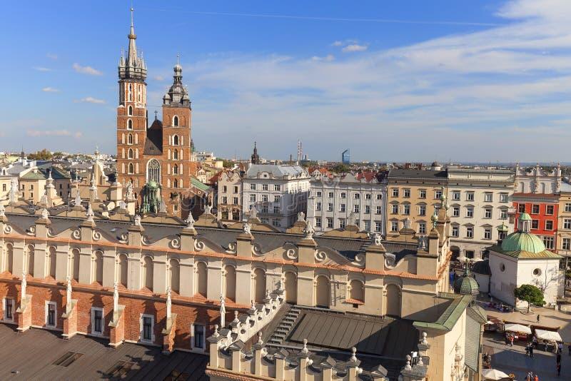 Widok z lotu ptaka Główny Targowy kwadrat z St Mary bazyliką Hall i płótnem, Krakow, Polska zdjęcia stock